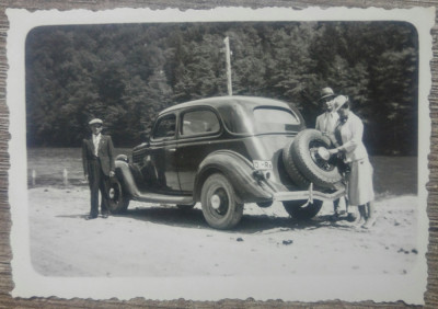 Drumeti oraseni cu automobil de epoca/ foto Romania interbelica foto