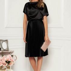 Rochie StarShinerS neagra eleganta midi in clos din satin plisata accesorizata cu cordon
