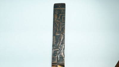 M Cutit vechi pentru scrisori / hartie decorat cu reliefuri proletcultiste antic foto
