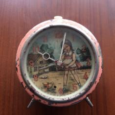Ceas romanesc cu desen fetita si pui 1977 RSR epoca de aur decor pentru piese