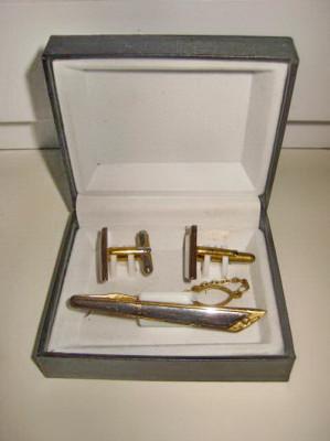 5631-Set Ac Cravata+Butoni in metal aurit cu fatete argintii model Art Deco. foto