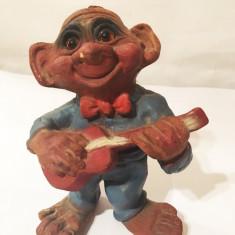 Figurina veche, vintage, troll cu chitara, din lut pictat, ochi de sticla, 14 cm