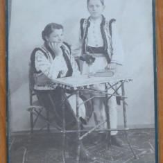 Foto pe carton , Campulung Moldovenesc , inceput de sec. 20 , Costume populare