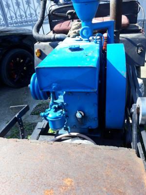 Vand motor de taiat lemne foto
