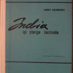 INDIA ISI STERGE LACRIMILE - HARRY SICHROVSKY
