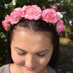 Cordeluta fashion cu marime reglabila, decorata cu flori mari