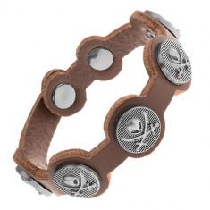 Brăţară maro realizată din piele sintetică, cercuri din oţel cu craniu şi săbii