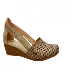 Pantof cu mici perforatii si design deosebit, din piele naturala