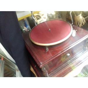 Gramofon model mare cu palnie si placa