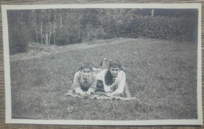 Copii la picnic, undeva in Romania interbelica/ fotografie
