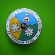 HOPCT ROMANIA INSIGNA VECHE EXPOZITIA SCHI VANATOARE TURISM PETROSANI 1990 [ 2 ]