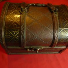 Caseta-Cufar din lemn cu ornamente din piele si metal ,dim.=18x12,5x14cm