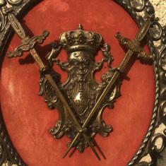 Panoplie veche belgiana,cu blazon si doua sabii incrucisate