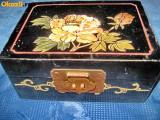 78aa-Caseta China veche cu trandafir alb alama pictata fond negru.