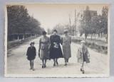 LACUL SARAT , FAMILIE CU DOI COPII PE STRADA , FOTOGRAFIE TIP CARTE POSTALA , MONOCROMA, PE HARTIE MATA , DATATA 1937