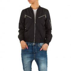 Jacheta moderna, de culoare neagra, cu fermoare metalice