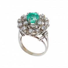 Inel din aur alb 18K, cu smarald si 18 diamante, model floral