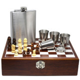 Cumpara ieftin Set format din 4 piese: Caseta din lemn cu 4 pahare, sticla whiskey si joc sah, model Pufo Clasic