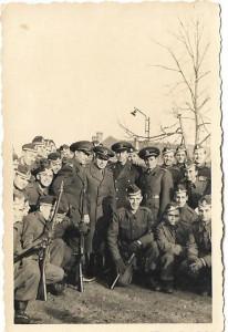 Fotografie elevi militari romani aviatie cu arme 1942 al doilea razboi mondial