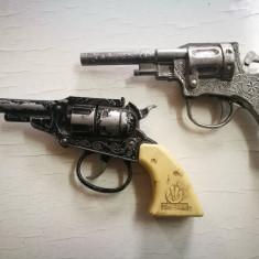 2 pistoale jucarie, vechi, pentru piese/colectie. Jucarie veche pistol capse