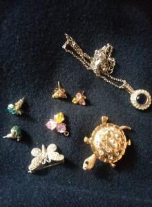 Bijuterii vintage,Cercei,brose,pandantiv,lant cu medalion,cu pietre,T.GRATUIT