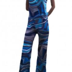 Salopeta tinereasca, de culoare albastra, cu imprimeu abstract