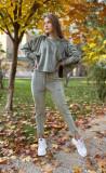 Trening dama superb khaki din catifea cu pantaloni lungi si bluza larga cu snur la umeri