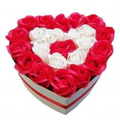 Aranjament din 23 trandafiri de sapun in cutie alba si in forma de inima