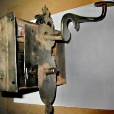 B245-Broasca poarta veche metal functionala cu cheie si aparatoare originala.