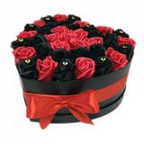 Cumpara ieftin Aranjament flori trandafiri de sapun in cutie, rosu si negru, 37-43 trandafiri, 25 x 25 cm