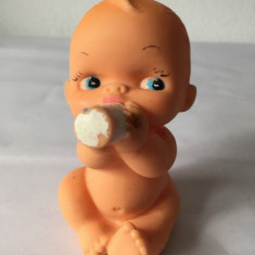 Bebelus cu sticluta, jucarie veche, cauciuc, 10 cm