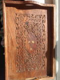 Tavã veche din lemn sculptat manual