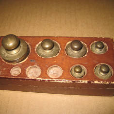 B188-Set 6 greutati cantar bronz vechi cutie lemn marimi mici.