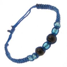 Brățară realizată din șnururi albastru închis, bile de lemn și mărgele