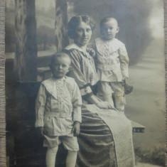 Mama cu copii// fotografie cabinet, 1914, tip CP