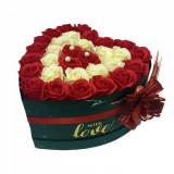 Cumpara ieftin Aranjament flori trandafiri de sapun in cutie neagra mare. 30-35 trandafiri, 25 x 25 cm