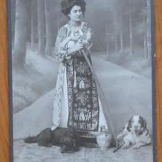 Foto pe carton , Bucuresti , W. Opelt ; Costume populare , inceput de secol 20