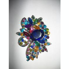 Brosa din cristale deosebite, de culoare turcoaz sau multicolore