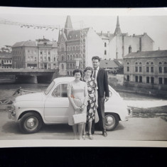 FOTOGRAFIE DE GRUP LANGA UN AUTOMOBIL FIAT , PE MALUL SOMESULUI , CLUJ , MONOCROMA, PE HARTIE LUCIOASA , DATATA 1967
