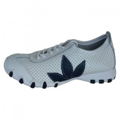 Adidasi sport, in nuanta de alb cu un detaliu bleumarin