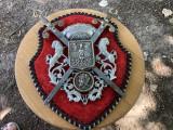 Panoplie miniaturala belgiana cu blazon si doua sabii incrucisate