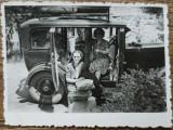 Domnisoare cu catel in automobil de epoca// fotografie, Romania interbelica
