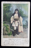 COPIL IN PORT NATIONAL ROMAN , POZAND IN DECOR DE STUDIO , CARTE POSTALA ILUSTRATA , CROMOLITOGRAFIE , CIRCULATA , CLASICA , DATATA 1904 , CU URME DE