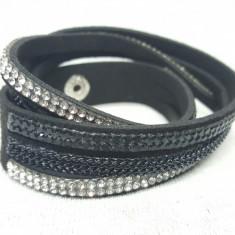 Bratara din material textil cu pietre din plastic tip cristale, neagra