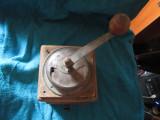 Rasnita veche din lemn ca defecta g7