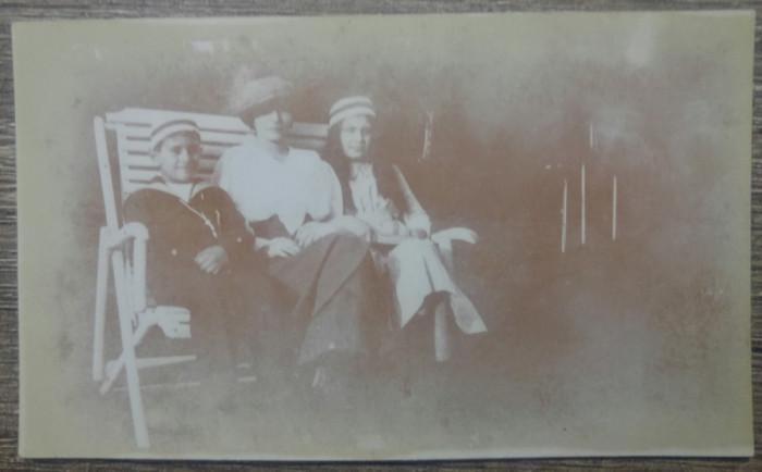 Mama si copii in leagan// foto Romania interbelica