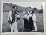 SERBARILE DE LA ABRUD , BARBAT IN COSTUM POPULAR IMPARTIND FOTOGRAFII CU FAMILIA REGALA UNOR LOCALNICI , FOTOGRAFIE MONOCROMA , DATATA PE VERSO 1938