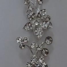 Agrafa eleganta din cristale argintii luciase, in forma de coronita