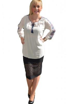 Bluza de vara, de culoare alba, cu model brodat pe maneca foto