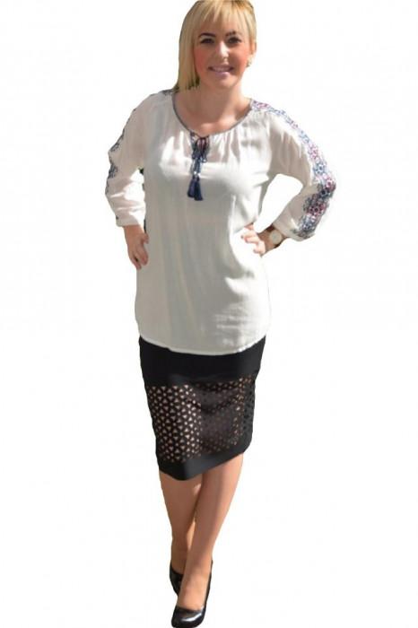 Bluza de vara, de culoare alba, cu model brodat pe maneca